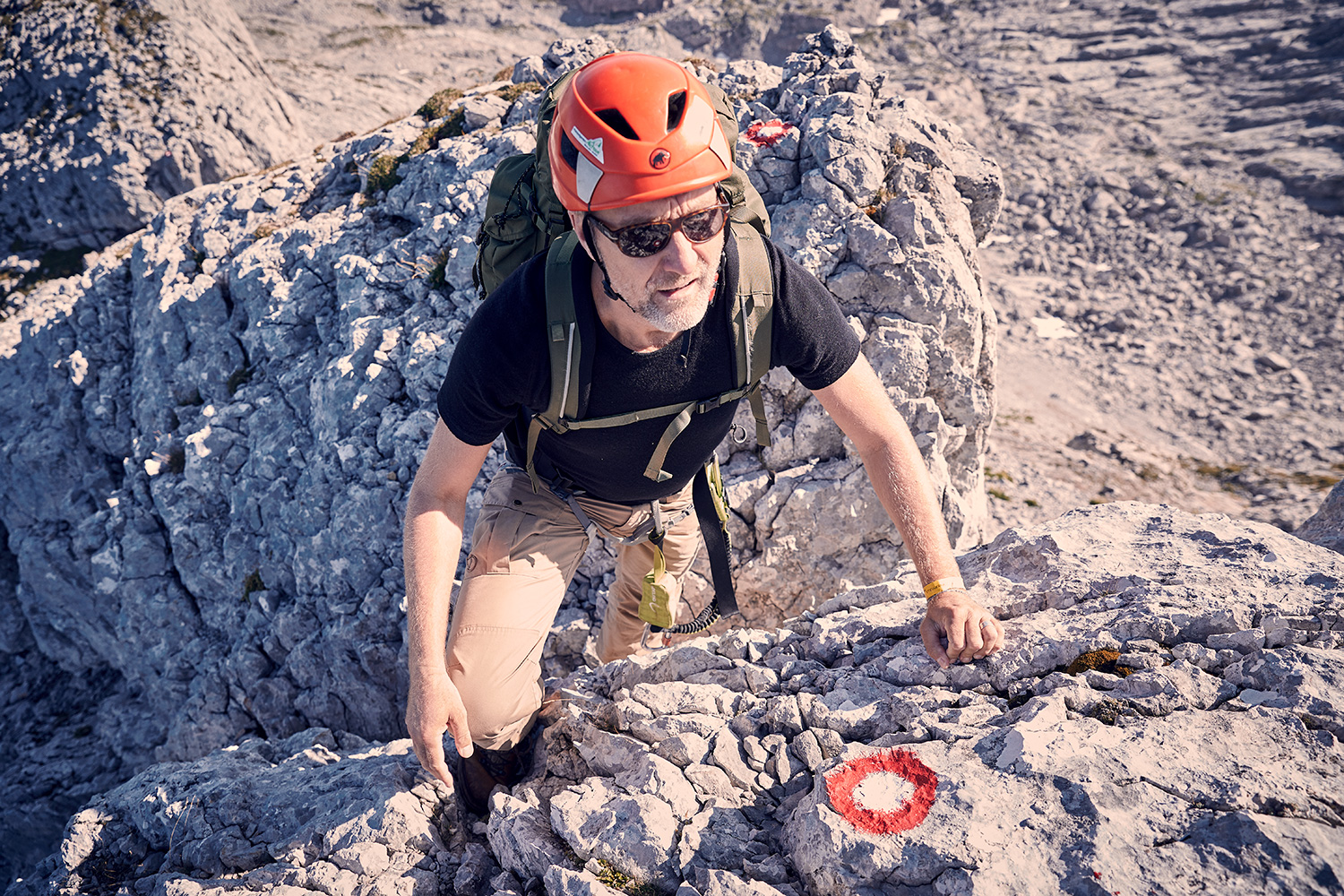 WALDEN Magazin founder Harald Willenbrock climbing a rockface on his first mountaineering tour in Austria