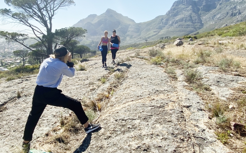 Jessica Zumpfe shooting two models of Tchibo Active at the foot of Table Mountain