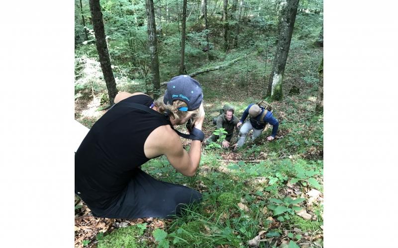 Jessica Zumpfe shooting down a hill in the forest of a Jochen Schweizer Shoot