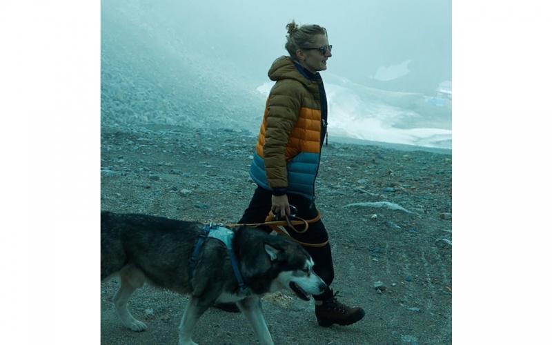 Jessica Zumpfe on Mölltal glacier with a dog on a shoot for ALDI