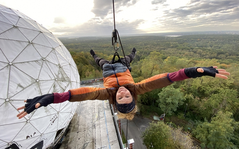 Jessica Zumpfe upside down and hanging on a rope on Teufelsberg Berlin